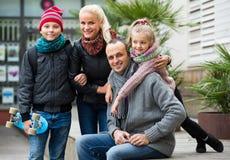 家庭画象与户外两个孩子的 库存照片