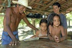 家庭画象印地安家庭在国内环境里 库存照片