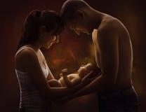 家庭画象和婴孩,拿着新出生的K的年轻母亲父亲 免版税库存照片