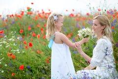 家庭画象在夏天自然的 一个愉快的母亲和她的yo 免版税库存照片
