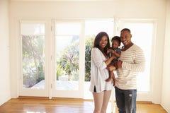 家庭画象在新的家在移动的天 免版税图库摄影