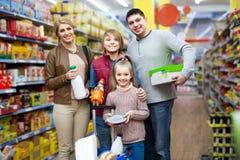 家庭画象有两个孩子的在地方超级市场 免版税库存图片