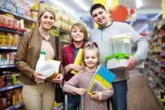 家庭画象有两个孩子的在地方超级市场 库存照片