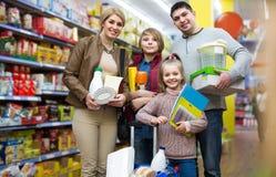 家庭画象有两个孩子的在地方超级市场 图库摄影