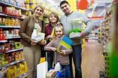 家庭画象有两个孩子的在地方超级市场 库存图片