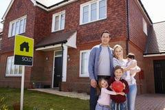 家庭画象有被卖的标志的新的家外 库存图片