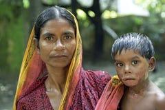 家庭画象母亲和孩子有烧伤的,达卡 免版税库存图片