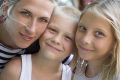 家庭画象,三个金发碧眼的女人 免版税库存照片
