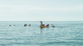 家庭enjoing的时间在海 免版税库存照片