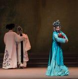 """家庭Kunqu Opera""""Madame白色Snake†的母亲第七伯母这行动崩解 免版税库存图片"""
