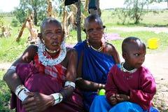 家庭Maasai部落、两名妇女被装饰的长袍的和孩子 免版税库存图片