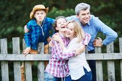 家庭ralationship 快乐的男人、获得妇女和的孩子乐趣户外 库存照片