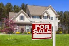 家待售房地产标志和议院 库存照片