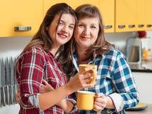 家族关系母亲女儿茶杯结合 免版税图库摄影