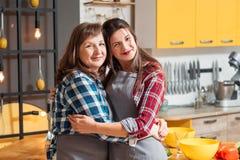 家族关系烹调爱好的母亲女儿 库存照片