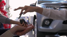 家用汽车购买,汽车经销商给钥匙新的汽车所有者有小孩子的手父母反对机器 股票录像