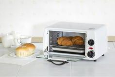 家电烘烤器烤箱在厨房里 免版税库存图片