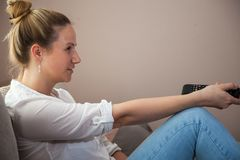家电视注意的妇女 库存图片