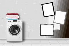 家电-在家庭内部的洗衣机和亚麻布堆 免版税库存图片