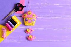 家的创造性的墙壁装饰 有花和鸟的,在木背景设置的缝合的细节手工制造毛毡房子 免版税图库摄影