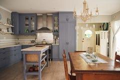 家的厨房和饭厅的内部 库存照片