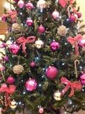 家的圣诞树创造性的装饰桃红色银 库存照片