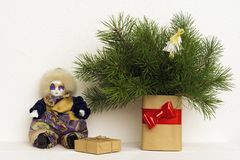 家的圣诞节内部有小丑和自然杉木的装饰或办公室在现代花瓶分支 免版税图库摄影