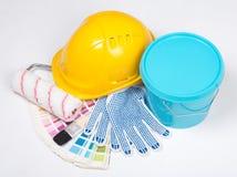 画家的工具-刷子、工作手套、盔甲和桶蓝色 库存照片