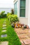 家的庭院边 免版税库存图片
