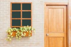 家的木前门 一个木前门的正面图在一个黄色房子的 免版税库存图片