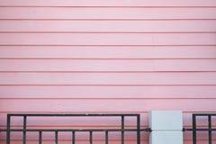 家的淡色木墙壁有黑钢篱芭的 库存照片