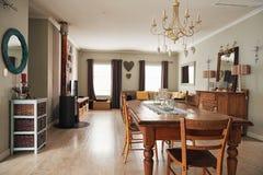 家的用餐和客厅的内部 免版税库存图片