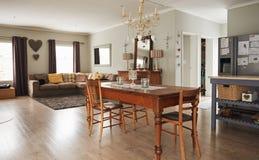 家的餐桌和客厅的内部 库存图片