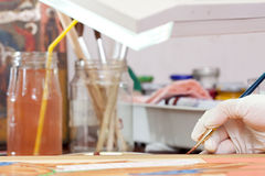 画家研究与刷子的新的象 库存照片