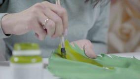 画家装饰员制造装饰 婚礼开花墙壁 股票录像