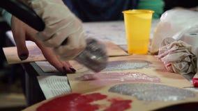画家装饰员颜色纸在设计演播室 车间 Handemade 影视素材