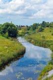 家长式城市苏兹达尔田园诗风景有Klyazma河的 免版税图库摄影