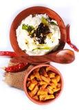 家顶视图做了在一个泥罐的印地安凝乳米用油煎的土豆 免版税库存图片