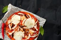 家顶视图做了稀薄的新鲜的意大利薄饼 免版税库存照片