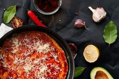 家顶视图在黑背景做了与成份的稀薄的新鲜的意大利薄饼 免版税图库摄影
