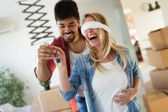 家,人,移动和房地产概念-在移动的爱的夫妇  免版税库存图片