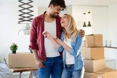 家,人,移动和房地产概念-获得愉快的夫妇乐趣,当移动时 库存图片