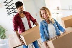 家,人,移动和房地产概念-获得愉快的夫妇乐趣,当移动时 免版税图库摄影
