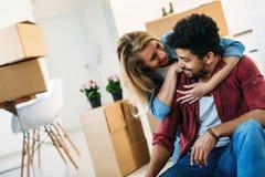 家,人,移动和房地产概念-获得愉快的夫妇乐趣,当移动时 免版税库存照片