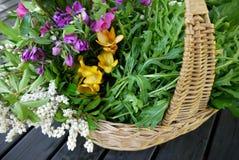 家:新鲜的春天产物和花在篮子 免版税库存照片