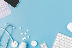 容器、疏散药片、听诊器、心电图、键盘和智能手机 免版税库存图片
