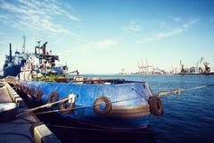 容器与运转的起重机桥梁的货船在造船厂背景,货物运输,后勤进出口背景c中 库存照片