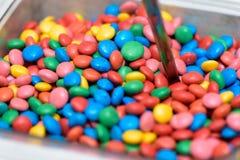 容器五颜六色的巧克力糖 库存图片