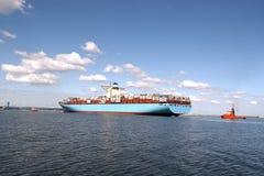 容器入口最大的端口s船 免版税库存照片