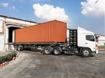 容器卡车在仓库的装货物品 免版税库存图片